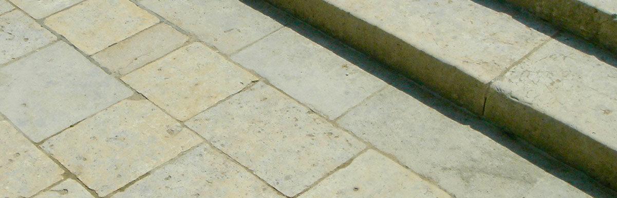 dallage en pierre calcaire ancien au chateau de chenonceau avec marche d'escalier