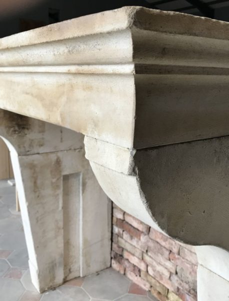details de la cheminée avec pierre anciennes du XVII ème siècle