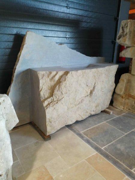 évier taillé et creusé en pierre calcaire