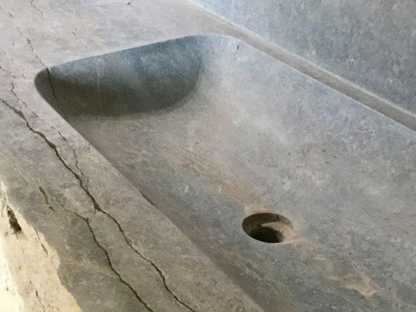 évier taillé avec détails en pierre calcaire argos