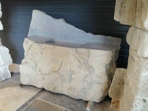 évier taillé et creusé dans une pierre naturelle