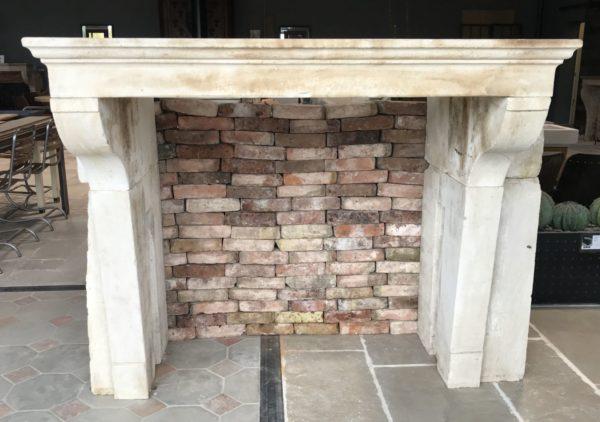 face avant de la cheminée campagnard constitué de bloc de pierre
