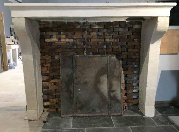 face avant de la cheminée en pierre style campagnard