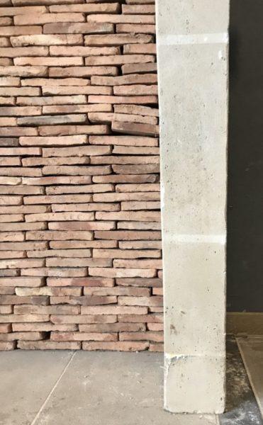 zoom sur le jambage de la cheminée au style campagnard