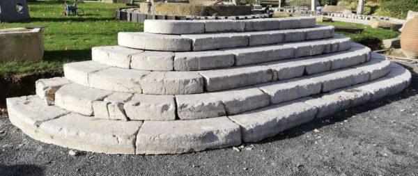 perron anciens en pierre calcaire avec marches anciennes