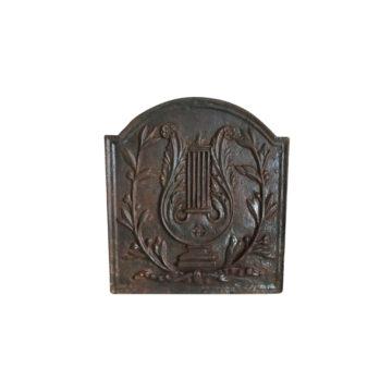 plaque de cheminée avec ornements