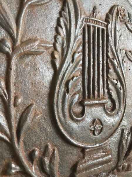 details des ornements de la plaque de cheminée