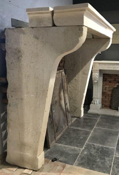 vue de profil de la cheminee en pierre campagnard de france