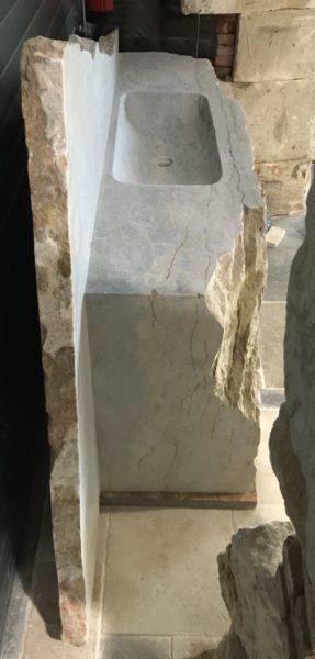vue de profil de l'évier taillé pierre