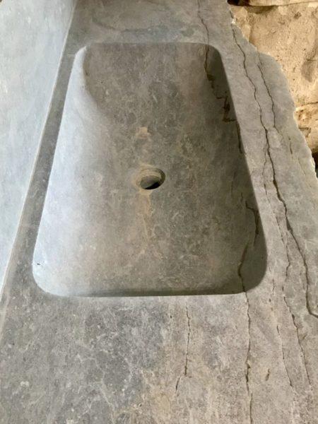 vue du dessus de l'évier taillé et creusé