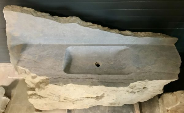 vue du sommet de l'évier en pierre de récupération taillé