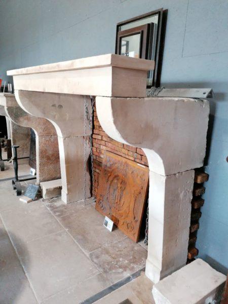 cheminée de style campagnard ancienne avec jambage spécial