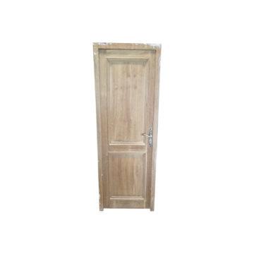 Porte en chêne ancienne sur fond blanc
