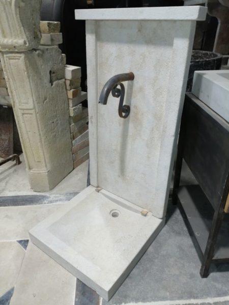fontaine en pierre calcaire aux dimension avec bec verseur