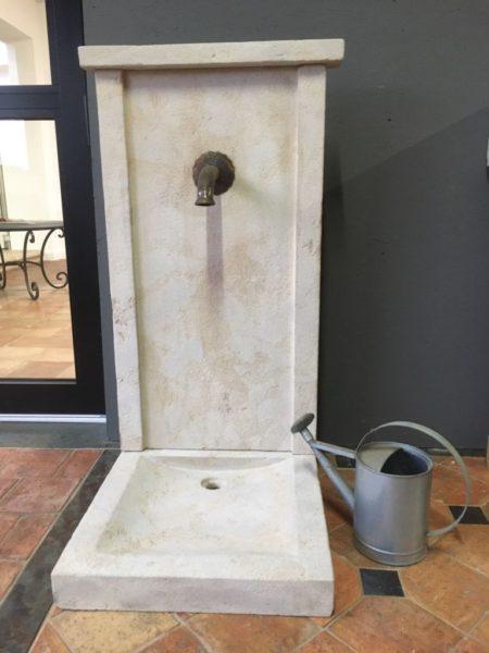 fontaine en pierre calcaire réalisation avec bec et seau
