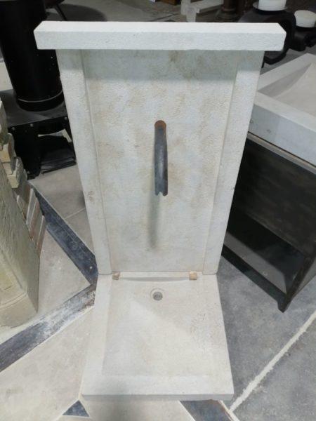fontaine en pierre calcaire dans notre showroom à Caen