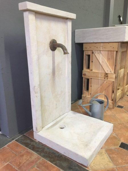 fontaine en pierre calcaire sur sol ancien avec bec verseur