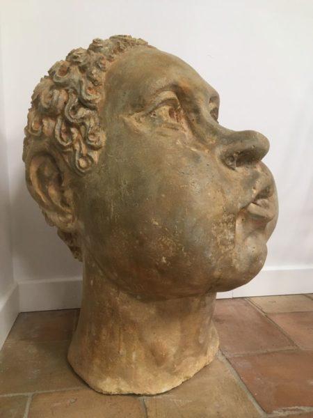 sculpture tete en pierre de profil