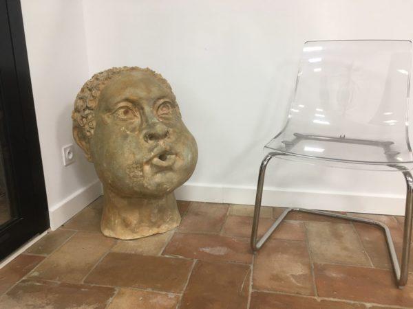 sculpture d'une tete en pierre couleur beige