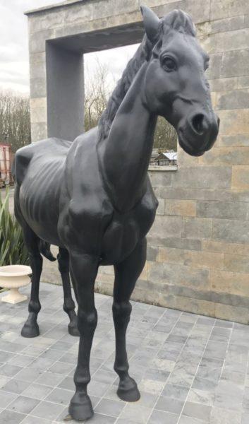 Face avant de la statue du cheval noir