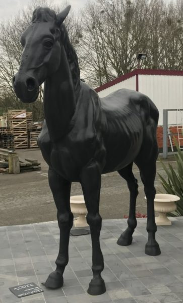 statue de cheval noir dans le showroom extérieur
