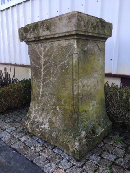 stèle ancienne en pierre pour une pose de statue