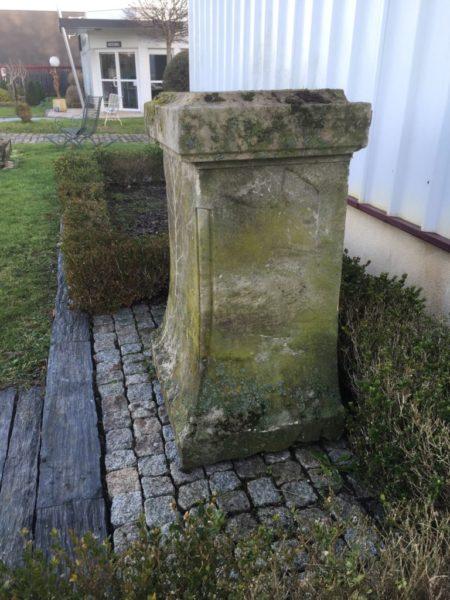 stèle ancienne pour espace extérieur comme jardin