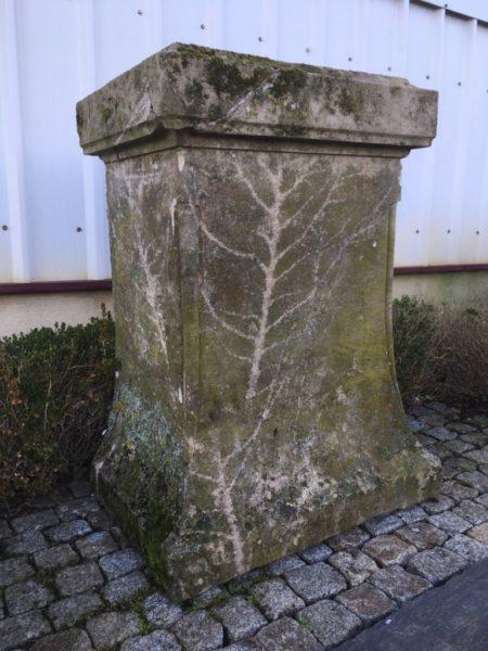 stèle ancienne pour statue en pierre calcaire