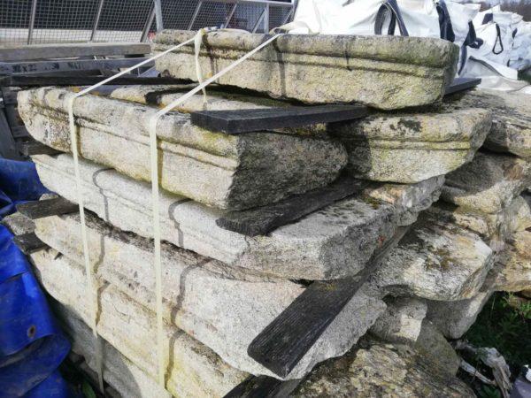 vieille marche de granit en pierre de récupération