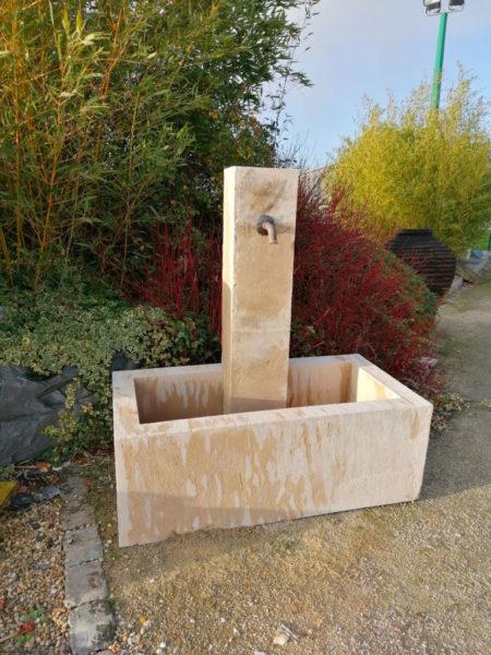 grande fontaine avec bac et colonne bouchardé en pierre neuve