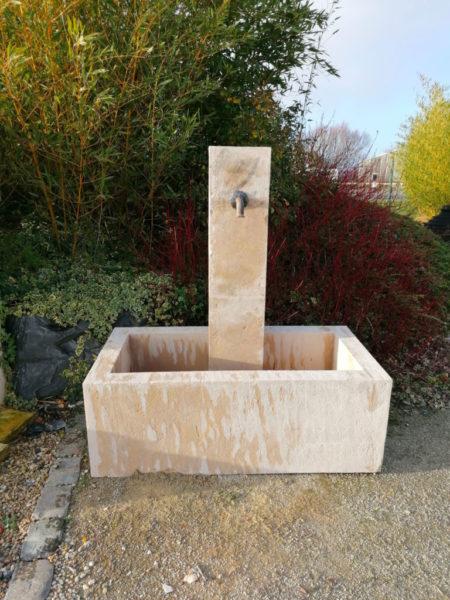 grande fontaine avec bac et colonne en finition bouchardé