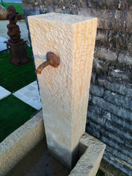 petite fontaine avec bac et colonne piqué et bec verseur