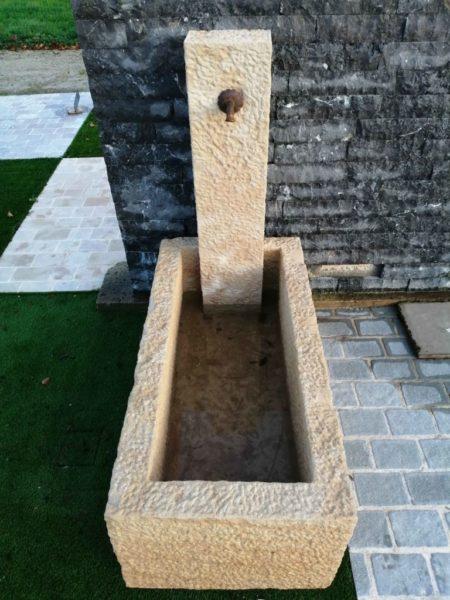 petite fontaine avec bac et colonne vue de hauteur sur la finition piqué