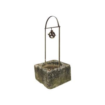 puits carré avec ferronnerie à deux pieds