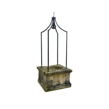 puits carré avec ferronnerie à 4 pieds