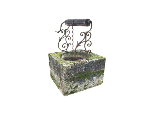 puits en pierre calcaire carré avec ferronnerie à volutes