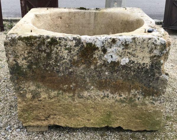 ancien puits de forme carré avec sa patine ancienne