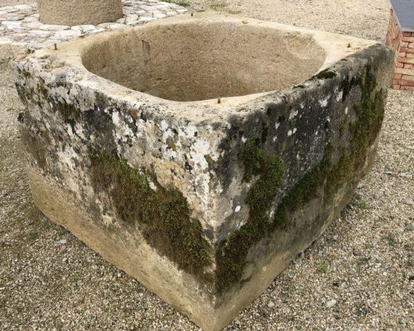 ancien puits pour décoration extérieur de forme carré