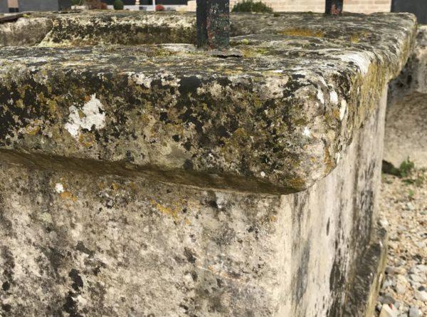 angles du puits ancien avec quatre pieds et sa ferronnerie