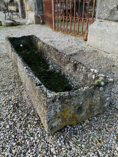 auge rectangulaire en pierre calcaire avec mousse dans le showroom