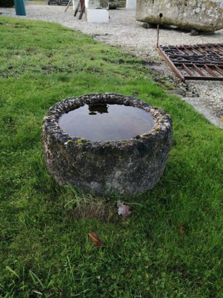 auge ronde en pierre ancienne de petite taille