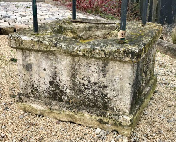 base en pierre calcaire du puits avec 4 pieds