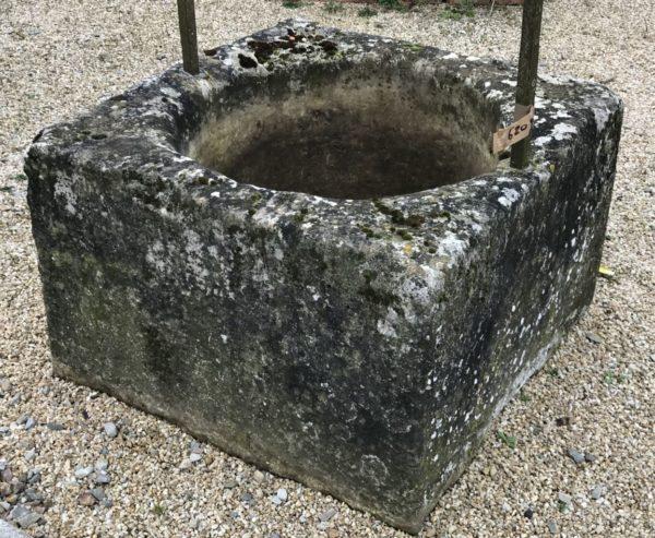 bloc de pierre ancien du puits à deux pieds