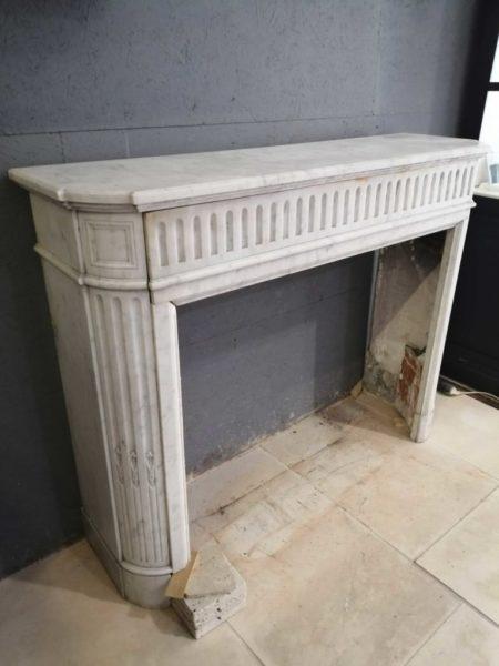 cheminée en marbre de couleur blanc ancienne et de récupération
