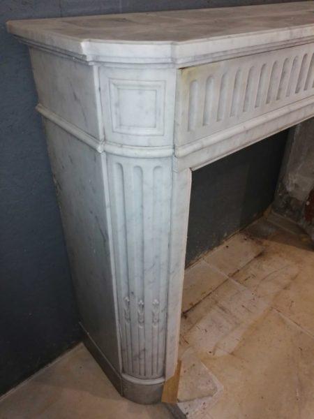 cheminée ancien en marbre de couleur blanc