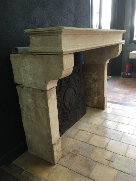 cheminée ancienne en couleur crème de style campagnarde