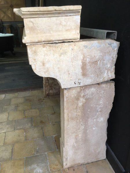 cheminée de couleur crème en pierre calcaire