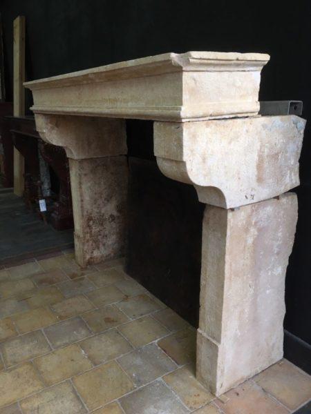cheminée de coté campagnarde en pierre calcaire