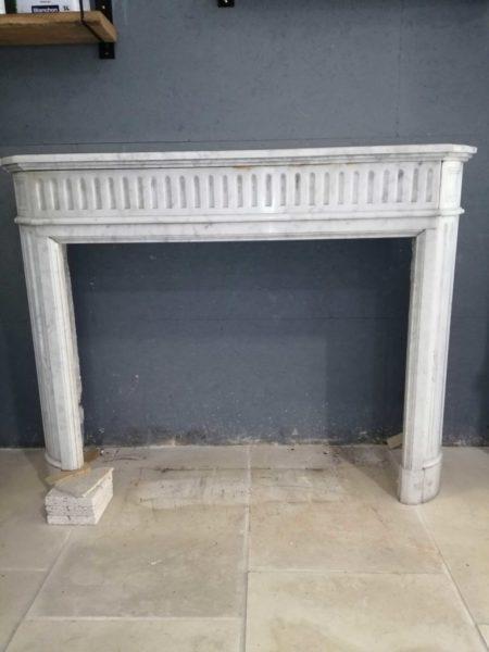 face avant de la cheminée en marbre blanc de récupération