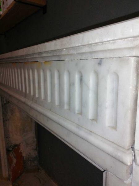 détails supérieur de la cheminée en marbre blanc ancienne